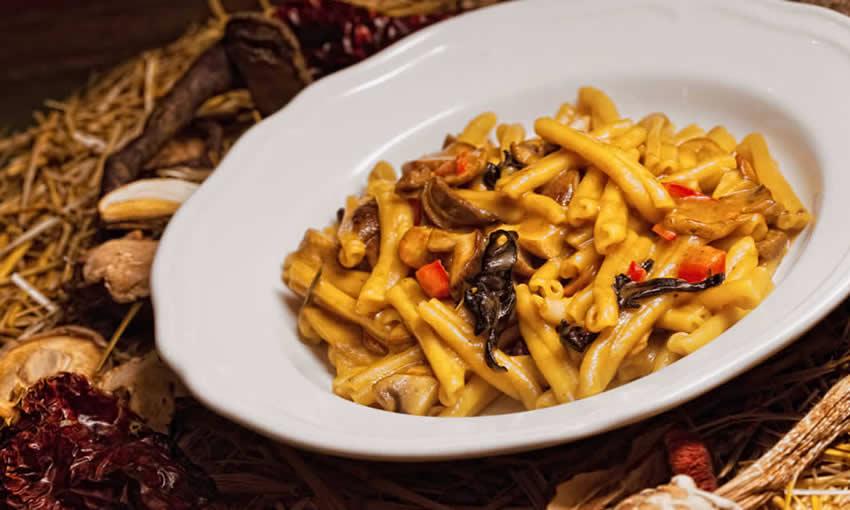 Ζυμαρικά με άγρια μανιτάρια, σκόρδο και λευκό κρασί Ζίτσας